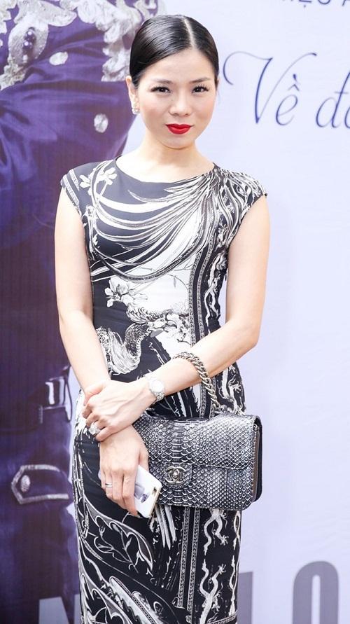 Chanel cũng là một trong những thương hiệu yêu thích của Lệ Quyên. Chiếc túi Chanel trong hình được người đẹp dùng tạimột sự kiện họp báo, có giá hơn 100 triệu đồng. - Tin sao Viet - Tin tuc sao Viet - Scandal sao Viet - Tin tuc cua Sao - Tin cua Sao