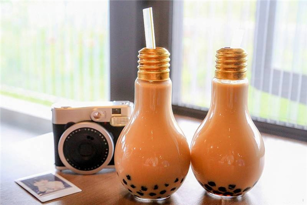 """Trà sữa bóng đèn vừa thỏa cơn khát vừa đáp ứng nhu cầu """"sống ảo"""" của bạn.(Ảnh: Internet)"""