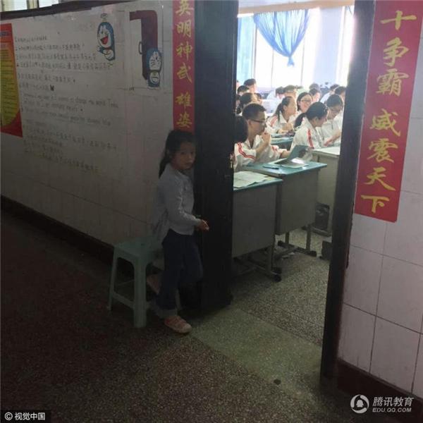 Hình ảnh bé gái đứng nép mình sau cánh cửa đang gây sốt mạng xã hội. (Ảnh: Internet)