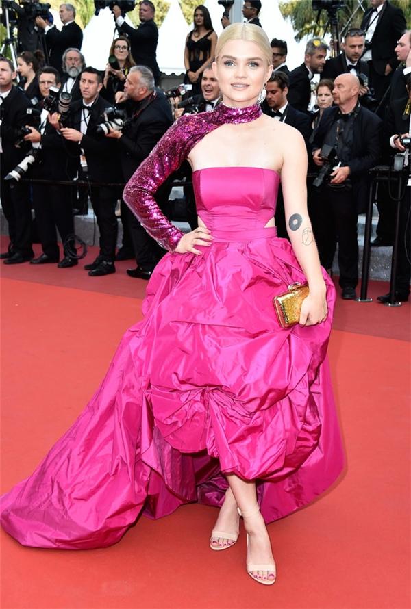 Màu hồng cũng là lựa chọn của ca sĩ người Ba Lan Mangosia Jamrozy cho đêm tiệc điện ảnh lớn nhất năm 2016 này. Tuy nhiên, thiết kế nhăm nhúm như giẻ lau khiến cô không thể ghi điểm trong mắt khán giả.