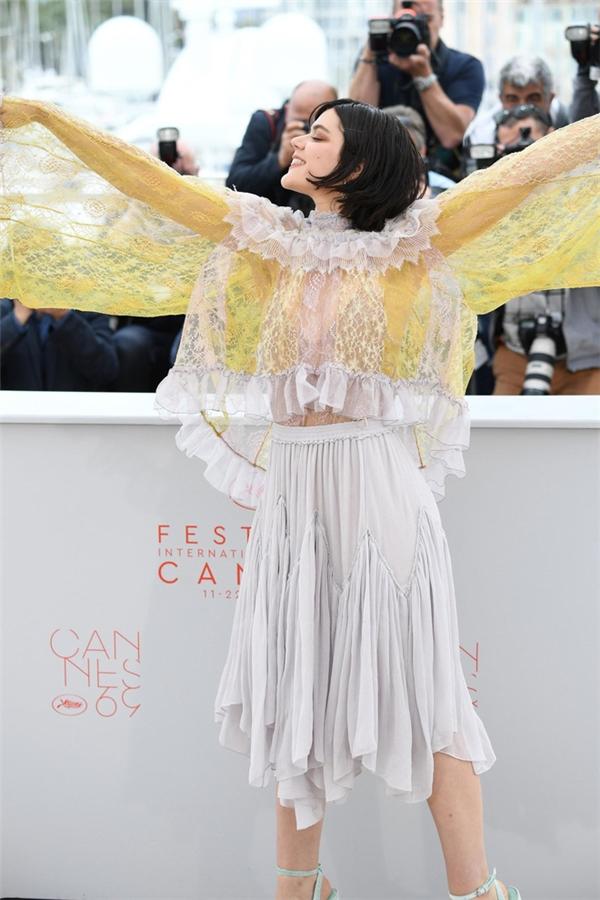 Nhìn vào bộ trang phục của ca sĩ người Pháp Soko, thật khó để xác định điểm nhấn ở đâu. Loạt chi tiết đan lồng vào nhau khiến người đối diện hoa cả mắt.