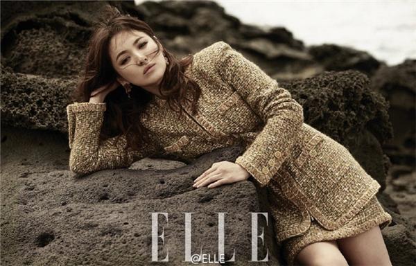 Mới đây, Song Hye Kyo khiến khán giả, người hâm mộ đứng ngồi không yên với loạt hình ảnh mới nhất trên tạp chí Elle phiên bản Trung Quốc. Bộ ảnh được thực hiện trên đảo Jeju với khung cảnh hoang sơ, ấn tượng.