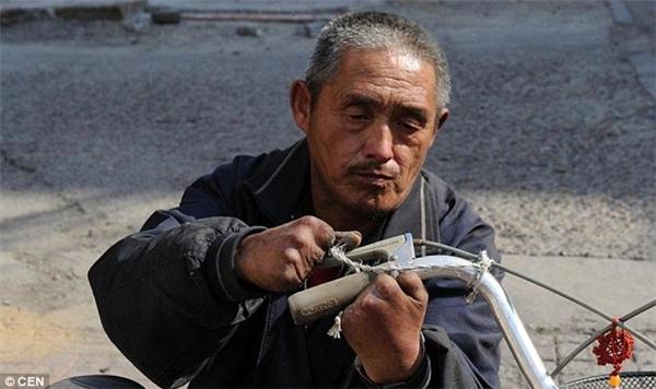 Ông Nhạc Tiếngặp tai nạn kinh hoàng cách đây 23 năm và mất đi đôi chân cùng 9 ngón tay.