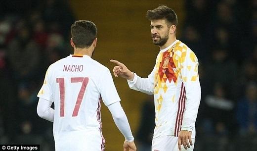 Pique và Nacho trong màu áo tuyển Tây Ban Nha.Ảnh: Getty.