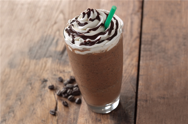 2. Ice blended mocha coffee:20g kem béo, 15ml cà phê, 10g cacao, 20ml đường xay nhuyễn cùng đá. Đổ thành phẩm ra cốc, bơm thêm kem tươi vàchút sốt socola để thức uống của bạn hấp dẫn hơn nhé. (Ảnh: Internet)