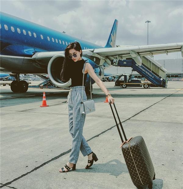 Hoa hậu Kỳ Duyên khoe thời trang sân bay năng động, đơn giản mà thanh lịch. Người đẹp cũng lựa chọn túi xách Dior và vali Louis Vuitton đắt tiền để thể hiện đẳng cấp. - Tin sao Viet - Tin tuc sao Viet - Scandal sao Viet - Tin tuc cua Sao - Tin cua Sao