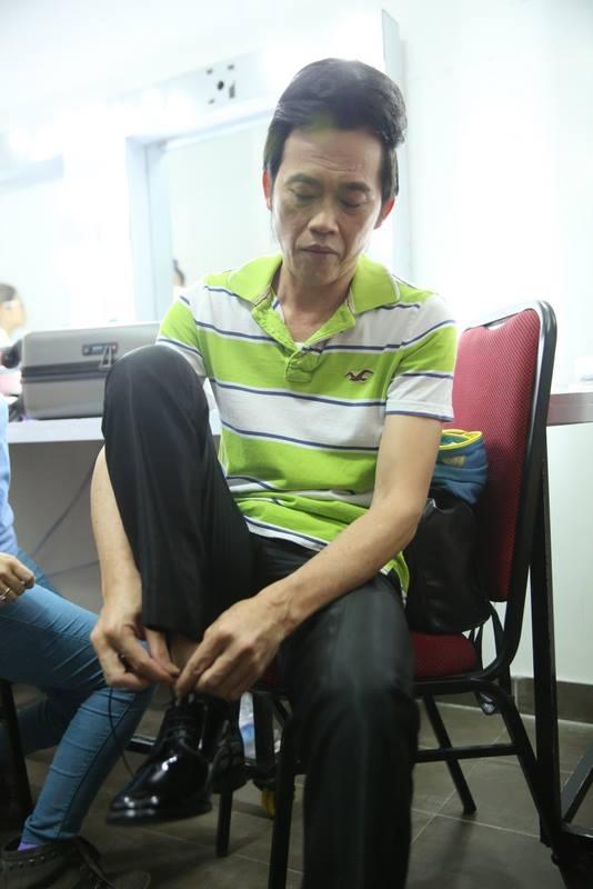 Sau cùng, anh mới quay về chỗ mang giày và thay trang phục cho mình. - Tin sao Viet - Tin tuc sao Viet - Scandal sao Viet - Tin tuc cua Sao - Tin cua Sao