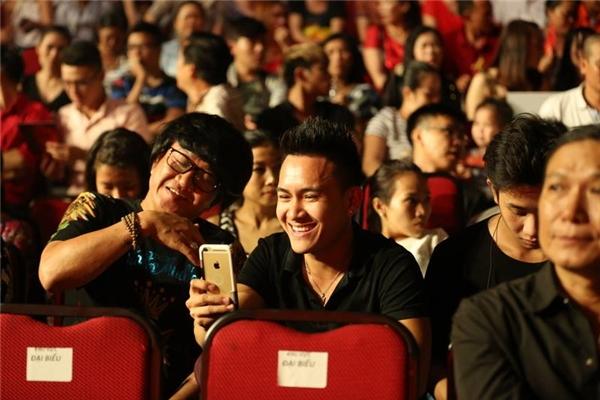 Con trai Hoài Linh vui vẻ chụp ảnh selfie cùng người anh thân thiết trước giờ chương trình lên sóng. - Tin sao Viet - Tin tuc sao Viet - Scandal sao Viet - Tin tuc cua Sao - Tin cua Sao