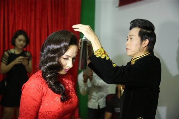 Khi phát hiện mái tóc nữ ca sĩ chưa thật chỉn chu, Hoài Linh đã hỗ trợ cô chỉnh trang lại. - Tin sao Viet - Tin tuc sao Viet - Scandal sao Viet - Tin tuc cua Sao - Tin cua Sao
