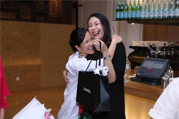 """Hà Kiều Anh cười """"tít mắt"""" khi nhận được món quà sinh nhật từ người chị thân thiết Hồng Nhung. - Tin sao Viet - Tin tuc sao Viet - Scandal sao Viet - Tin tuc cua Sao - Tin cua Sao"""