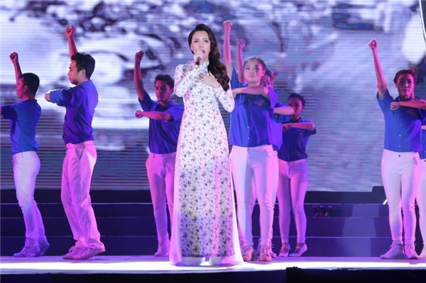 Nữ ca sĩ chia sẻ, cô luôn mang nhiều cảm xúc khác nhau mỗi khi trình diễn ca khúc Bài ca Hồ Chí Minh. - Tin sao Viet - Tin tuc sao Viet - Scandal sao Viet - Tin tuc cua Sao - Tin cua Sao