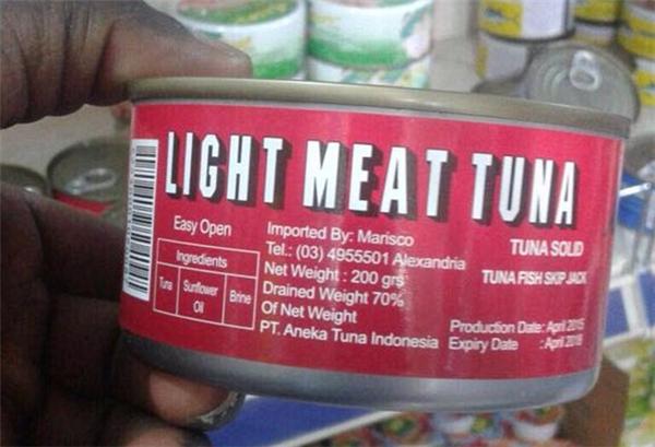 Những chiếc hộp thức ăn đóng hộp được cho là chứa thịt người thay vì thịt, cá thông thường.(Ảnh: DailyMail)