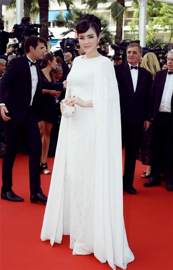 Trong ngày khai mạc Cannes 2015, Lý Nhã Kỳ diện váy trắng với chất liệu ren mềm mại. Thiết kế tạo điểm nhấn với phần tay cape hợp xu hướng.