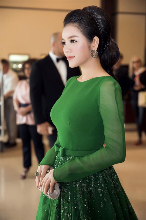 Sắc xanh ngọc lục bảo của bộ váy xòe giúp Lý Nhã Kỳ có mặt trên tạp chí Gala - kênh truyền thông quan trọng của Liên hoan Phim Cannes. Thiết kế kết hợp voan lụa mềm mại cùng loạt chi tiết ánh kim đính kết nổi bật.