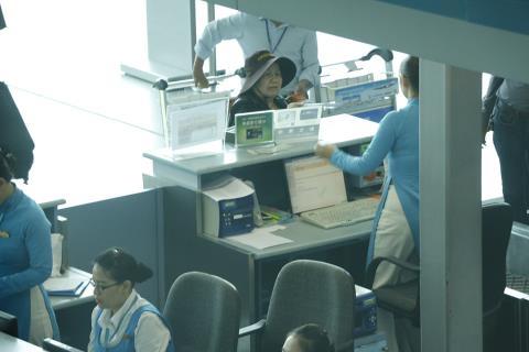 Được biết, mẹ Minh Béo đặt chuyến bay sang Mĩ vào lúc 15 giờ 05 ngày 20/05. - Tin sao Viet - Tin tuc sao Viet - Scandal sao Viet - Tin tuc cua Sao - Tin cua Sao