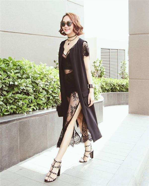 Minh Hằng ngày càng sở hữu thời trang đường phốcá tính và sành điệu. Cô nàng gây chú ý khidiện đồ theo phong cách all-black hợp xu hướng hiện nay. - Tin sao Viet - Tin tuc sao Viet - Scandal sao Viet - Tin tuc cua Sao - Tin cua Sao