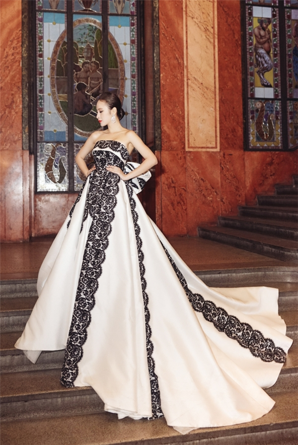 Chiếc đầm dạ hội với phần đuôi to bản giúp cô tỏa sáng tại thảm đỏ. - Tin sao Viet - Tin tuc sao Viet - Scandal sao Viet - Tin tuc cua Sao - Tin cua Sao
