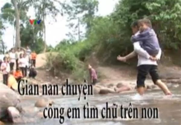 Hình ảnh một em học sinh cõng em vượt suối được ghi lại. (Ảnh: Internet)