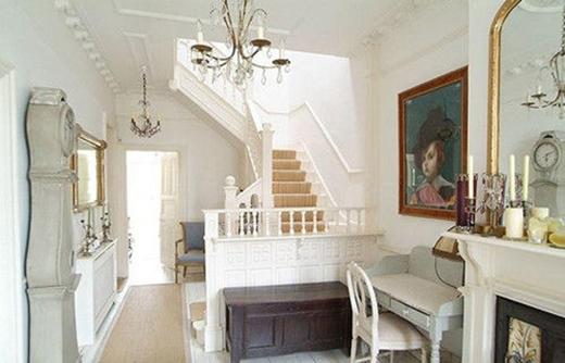 Cầu thang và những bức tranh điểm xuyết sắc vàng kim hoàng gia cho căn nhà.
