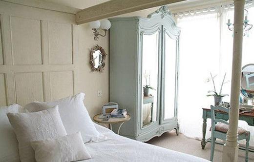 Phòng ngủ với những gam màu ấm cúng và trang nhã quen thuộc.