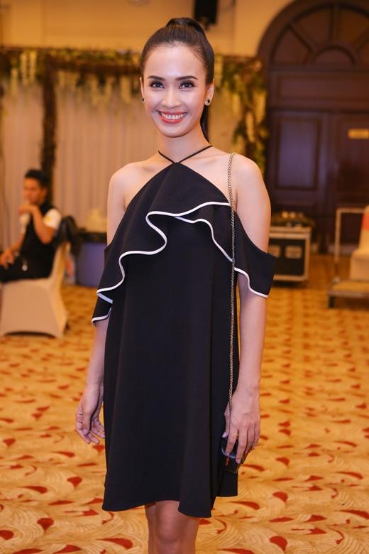 """Mặc dù bận rộn với lịch diễn dày đặc sau thành công của """"Tôi thấy hoa vàng trên cỏ xanh"""", Ái Phương vẫn dành thời gian đến ủng hộ các NTK Việt và cập nhập những xu hướng thời trang mới nhất."""
