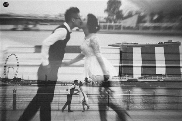 3 tháng sau những cuộc hẹn và những lần gặp mặt, chàng đã bất ngờ tỏ tình với cô nàng trên bãi biển trong khung cảnh vô cùng lãng mạn. Ánh Nguyệt nhớ mãi đó là ngày 21/12/2012, ngày đầy ắp kỉ niệm hạnh phúc ngọt ngào mà cũng vô cùng dễ thương mà bây giờ cả hai nhắc đến đều phải ôm bụng cười.