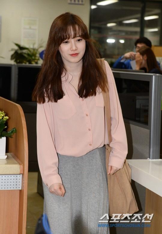 Vợ chồng Ahn Jae Hyun – Goo Hye Sun rạng rỡ đi quyên góp tiền cưới