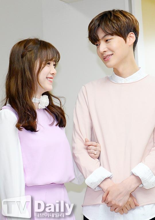 """Nụ cười tỏa nắng của """"nàng Cỏ"""" và ánh mắt của Ahn Jae Hyun đủ nói lên tình yêu họ dành cho nhau"""