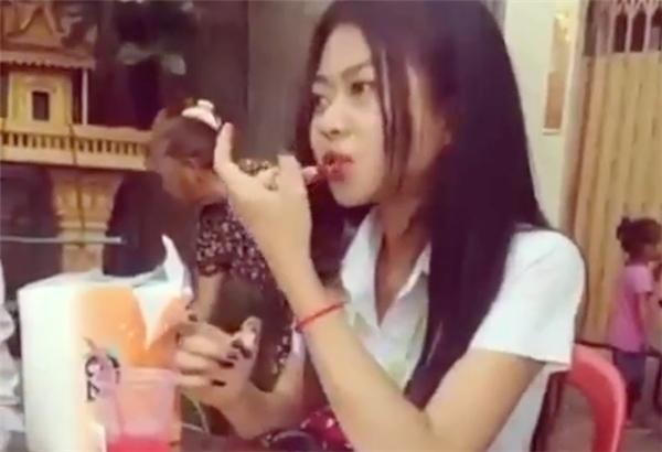 Trào lưu vừa ăn vừa tô son từng được một cô gái Thái Lan thực hiện. (Ảnh cắt từ clip)