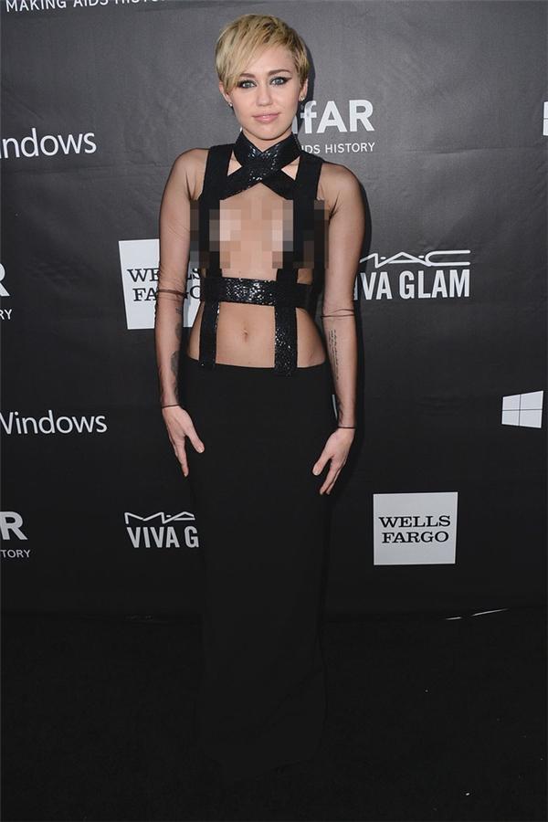 """Hà Anh định """"soán ngôi"""" Miley Cyrus với váy hở 90% ngực"""