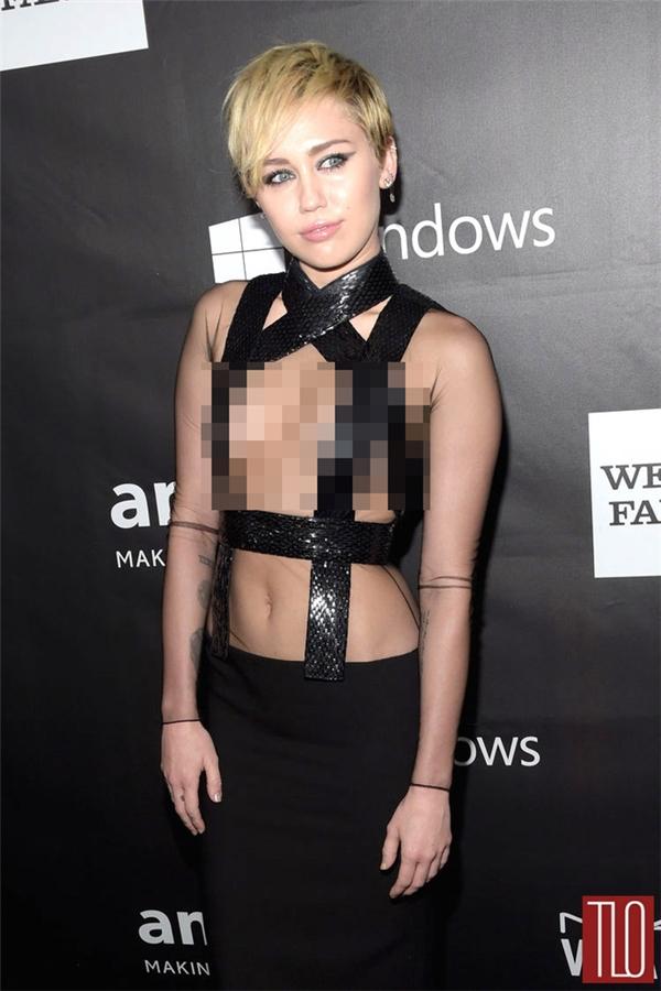 Không khó để nhận ra nữ ca sĩ đình đám Hollywood Miley Cyrus từng diện một thiết kế táo bạo tương tự của nhà mốt Tom Ford. Suốt một khoảng thời gian dài, bộ váy của Miley Cyrus bị mang ra mổ xẻ trên khắp các mặt báo. Với nữ ca sĩ, vẻ ngoài táo bạo này dường như không có gì lạ lẫm, nhưng với khán giả, đôi khi lại là sự phản cảm đến khó thể chấp nhận.