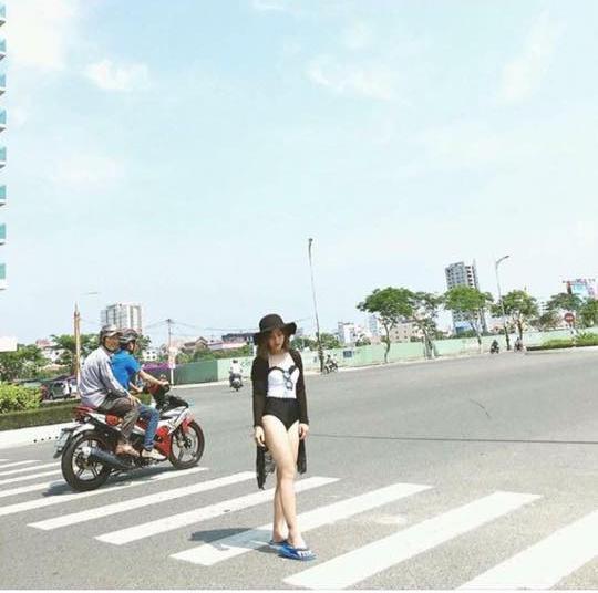 Cô gái nhờ xóa ảnh 2 người đàn ông trên chiếc xe gắn máy.(Ảnh: Internet)