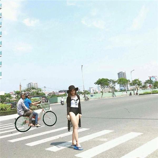 Đi xe đạp mà cũng đội mũ bảo hiểm luôn cơ à? (Ảnh: Internet)