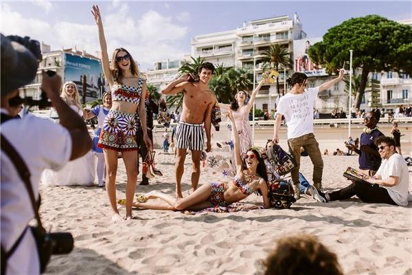 """Được biết, trong quá trình diễn ra Cannes 2016 là lúc nhãn hàngthực hiện chiến dịch quảng cáo lưu giữ khoảnh khắc để chia sẻ trên mạng xã hội. Mỗi bức ảnh sẽ là một ý tưởng khác nhau. Trong đó, bức ảnh của Angela Phương Trinh và các người mẫu chụp theo quy tắc thứ 12: """"Surround yourself with stylish friends"""" (tạm dịch: Vây quanh mình những người bạn sành điệu)."""