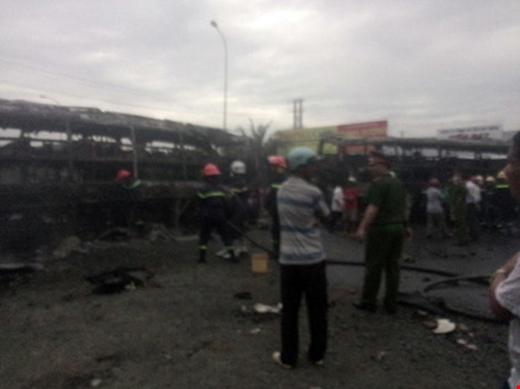 Kinh hoàng 2 xe khách tông nhau bốc cháy, 12 người không thể nhận dạng