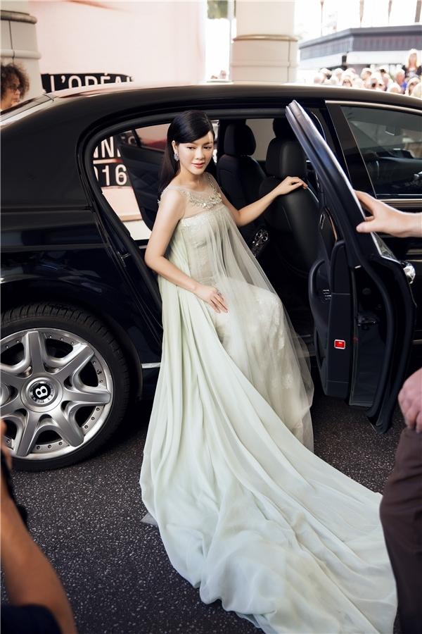 Sau bộ váy màu xanh ngọc lục bảo, Lý Nhã Kỳ tiếp tục được xướng tên trên tạp chí Gala với những lời khen có cánh trong thiết kế màu xanh lơ nhẹ nhàng. Đây là trang phục cô diện vào ngày cuối tham dự thảm đỏ Cannes 2016.