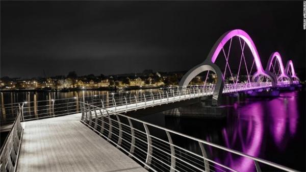 Cây cầu phát sángSölvesborg tại Thụy Điển là cây cầu dài nhất dành cho người đi bộ với chiều dài khoảng 756 mét, các khung vòm đặc biệt được lắp đèn LED. Công trình do công ty kiến trúc Ljusarkitektur thiết kế.