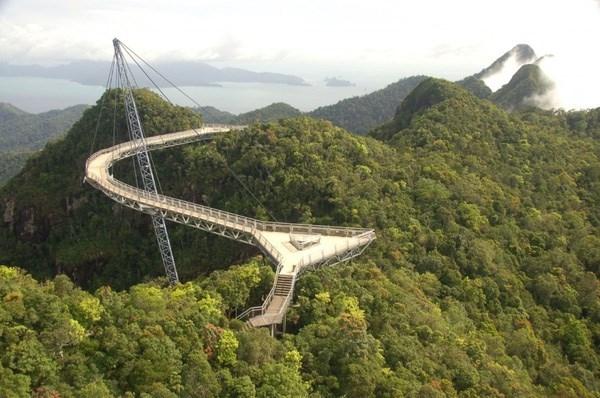 Cầu Langkawi Sky, Malaysia là cây cầu uốn cong có tổng chiều dài hơn 700 mét nằm trên con đường tới đỉnh núi Gunung Mat Chinchang. Đến đây, du khách sẽ được chiêm ngưỡng khung cảnh tuyệt vời hiếm có.