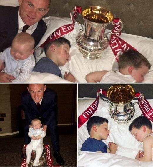 Rooney khoe Cúp với các con.