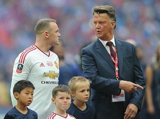Kai được vinh dự cùng bố bước ra Wembley.