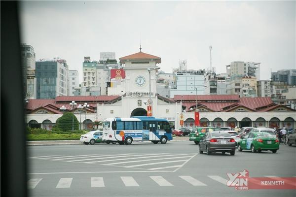 Ngồi trong xe bạn có thể dễ dàng nhìn thấy chợ Bến Thành và các địa điểm khác của Sài Gòn.