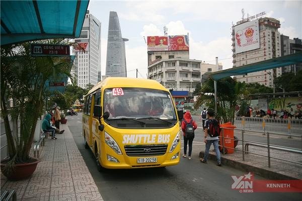 Xe còn dừng ở trạm xe buýt Bến Thành, rất tiện lợi nếu bạn muốn đổi tuyến xe.