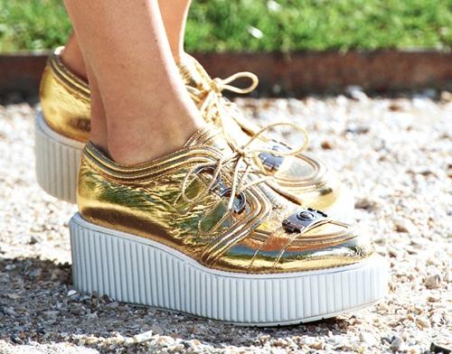 Giày bánh mì sẽ giúp các cô gái ăn gian chiều cao hiệu quả. Chất liệu ánh kim trông tựa bầu trời đêm với hàng nghìn vì sao lấp lánh.