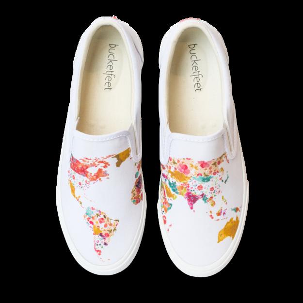 Bản đồ thế giới được ứng dụng làm họa tiết cho đôi giày này. Nhiều màu sắc cùng hai mảng họa tiết bất đối xứng tập trung tối đa ánh nhìn của người đối diện vào chúng.