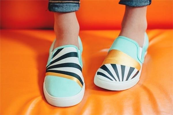 Giày slip-on kết hợp họa tiết, màu sắc theo sắc độ sáng, tối.