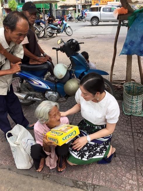 Nghĩa cử đẹp của Lý Nhã Kỳ giữa đời thường. Cô cho biết mình luôn yêu thương vàdành sự kính trọng đến các cụ già neo đơn, khó khăn. - Tin sao Viet - Tin tuc sao Viet - Scandal sao Viet - Tin tuc cua Sao - Tin cua Sao