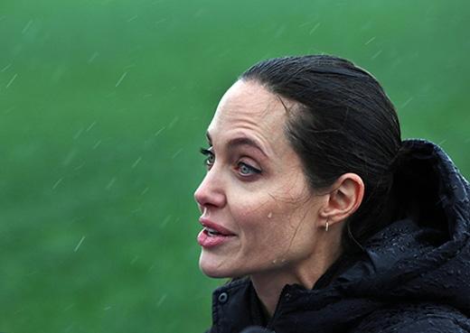 Angelina Jolie thăm trại tị nạn ở Syria hồi tháng 3 vừa qua, nữ diễn viên không quản mưa lạnh tới thăm những người dân đang gặp khó khăn.