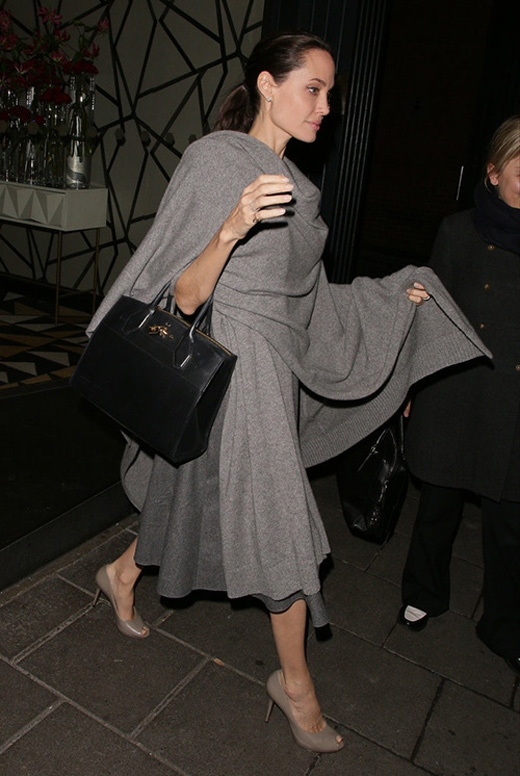 Cánh tay và đôi chân gầy trơ của vợ Brad Pitt được cánh phóng viên ghi lại ở bên ngoài một nhà hàng ở London.