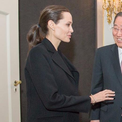 Angelina Jolie gầy gò trầm trọng qua những bức ảnh báo chí chụp lại.