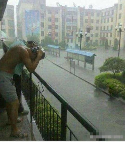 Cơn mưa ngang qua mang vòi tắm miễn phí cho các chàng sinh viên. (Ảnh: Internet)